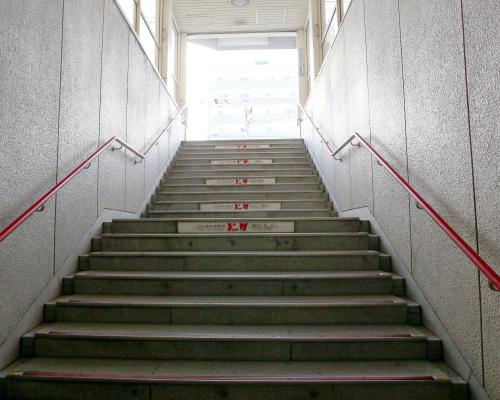南郷7丁目駅の階段