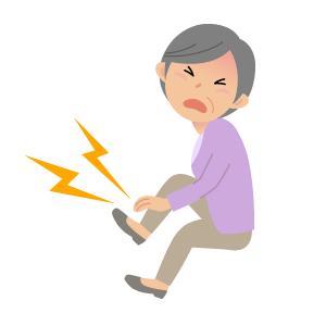 痛風で足の親指の付け根に激しい痛みを感じる女性